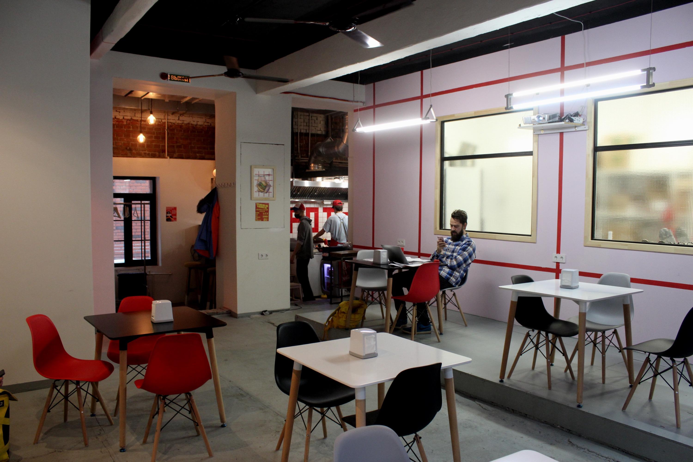 Зал новой бургерной Spot&Choo`s на Коммунистической