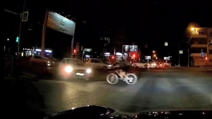 Байкер в междурядье врезался в такси, а велосипедистка вписалась в машину на переходе: обзор ДТП