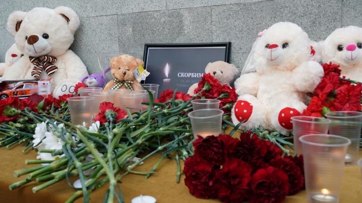 В Уфе начали приносить цветы к представительству Татарстана в память о жертвах стрельбы в школе