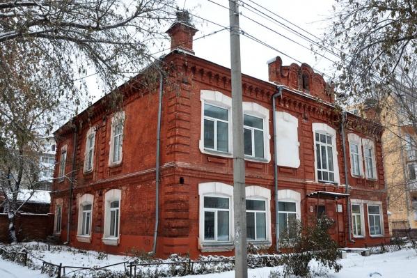 Здание находится всего в 100 метрах от торгового центра «Омский»