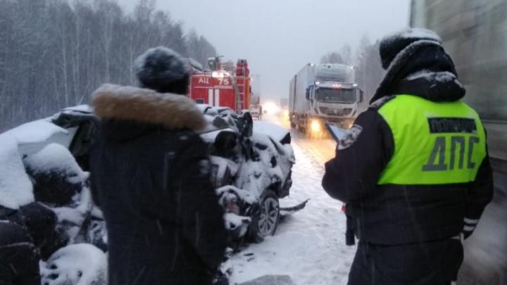 На Тюменском тракте KIA врезалась в грузовики MAN и Volvo, погибли двое