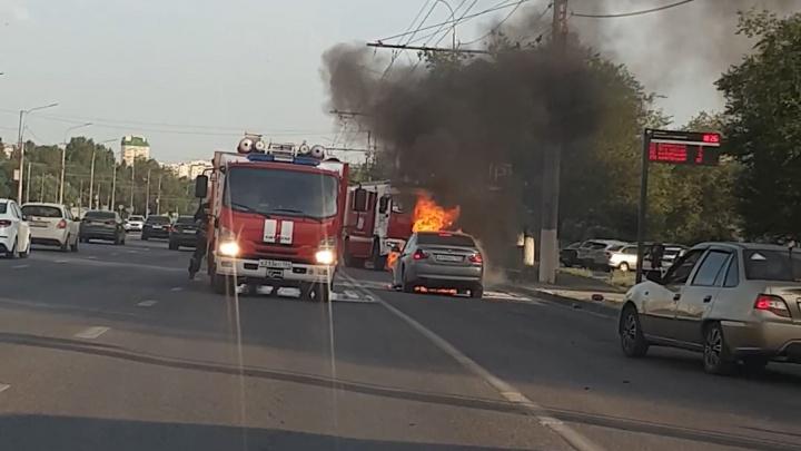 На проспекте Жукова в Волгограде дотла сгорел BMW. Полыхающее авто сняли на видео