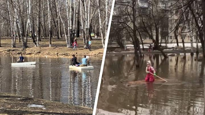 Екатеринбург превратился в Венецию: дети устроили заплывы по лужам в парках