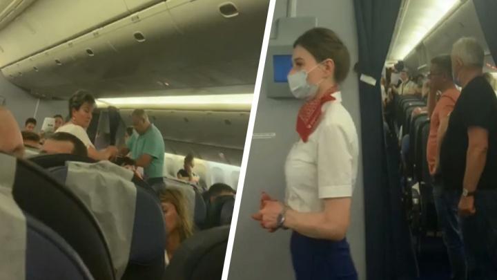 «Люди задыхаются, на борт вызвали скорую»: екатеринбуржцев заперли в самолете без объяснения причин