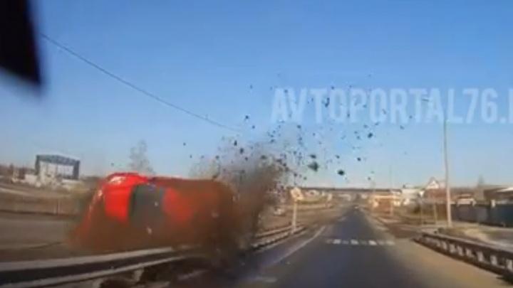 Перелетел эстакаду и врезался в отбойник: в Ярославле произошло ДТП. Видео