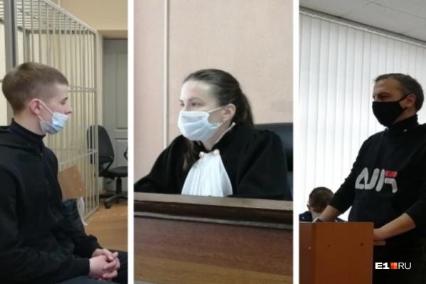 Отец убитого (справа) потребовал 2 млн рублей в качестве компенсации морального ущерба