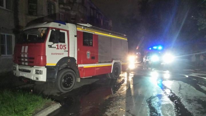 В Екатеринбурге сгорел двухэтажный дом. Публикуем фото