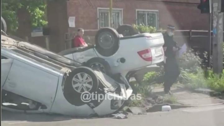 В центре Краснодара столкнулись и перевернулись два автомобиля