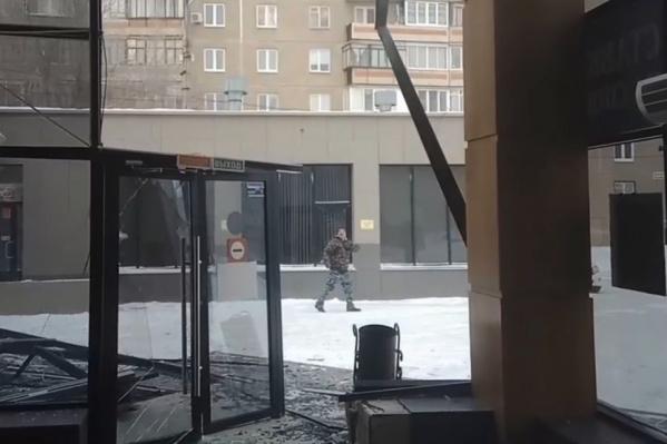 Этот вход в торговый комплекс сейчас перекрыли