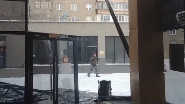 Штормовой ветер обрушил фасад торгового центра в Челябинской области