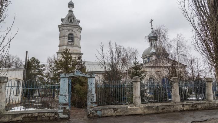 «Исторический момент»: в Волгограде снесли забор 250-летнего Никитского храма