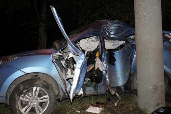 Мужчина с женщиной, ехавшие в Hyundai, погибли на месте