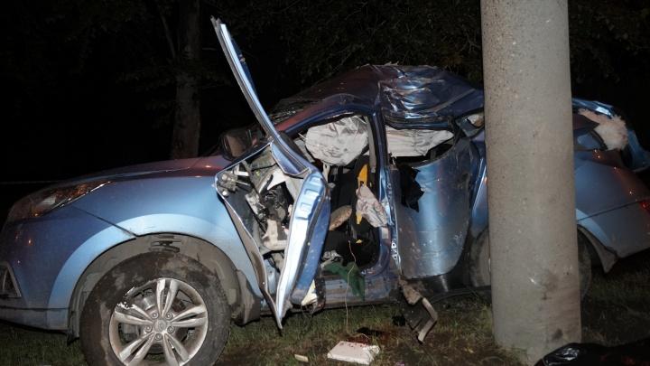 В Челябинске иномарка врезалась в столб, два человека погибли