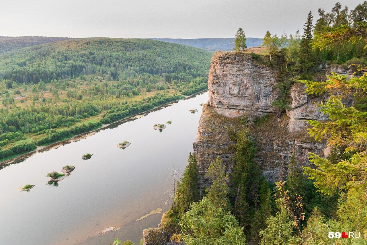 Камень Ветлан — еще один популярный в крае маршрут. Но уже несколько лет туристы вынуждены подниматься на него не по лестнице, а по тропам. Впрочем, внизу есть предупреждающая табличка о том, что подъем запрещен