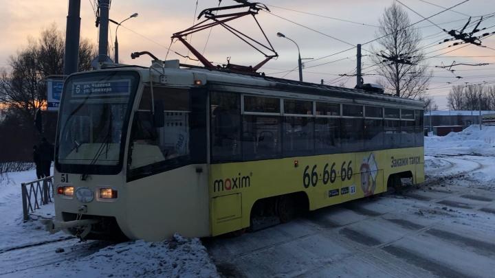В Ярославле сошедший с рельсов трамвай перегородил дорогу