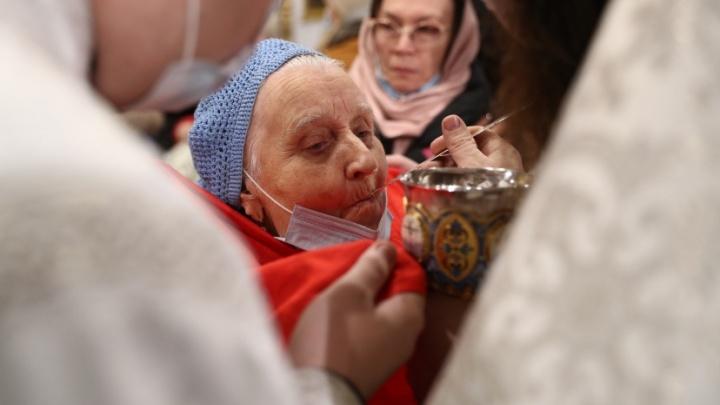 Как празднуют Рождество в эпоху коронавируса— разглядываем 17фото из новосибирского собора