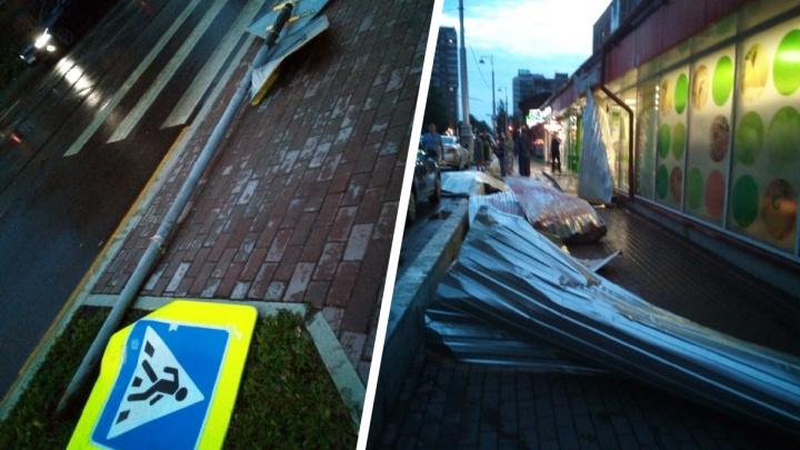 Поваленные дорожные знаки и затопленные подвалы: пермяки снимают последствия прошедшей грозы