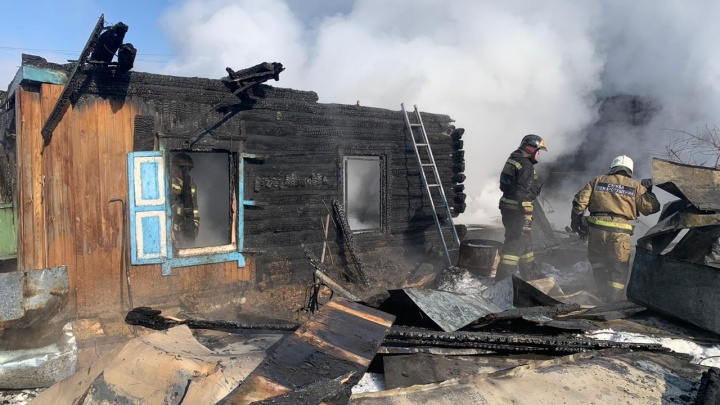 В Кировском районе сгорел частный дом — под рухнувшей крышей погибли двое детей