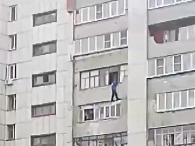 Челябинец сорвался с седьмого этажа в момент, когда пожарные развернули автолестницу для его спасения