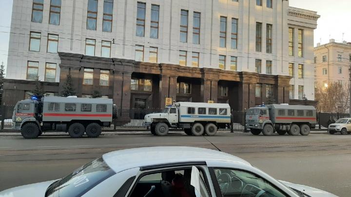 В центр Челябинска стянули ОМОН и полицию. Часть дорог перекрыли