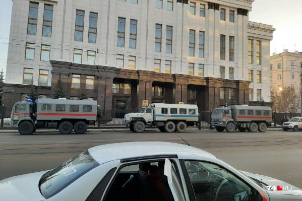 Три автозака и несколько служебных машин пригнали к зданию областного правительства — на улицу Цвиллинга<br><br>