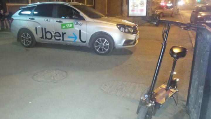 В центре Екатеринбурга девушка на электросамокате врезалась в такси