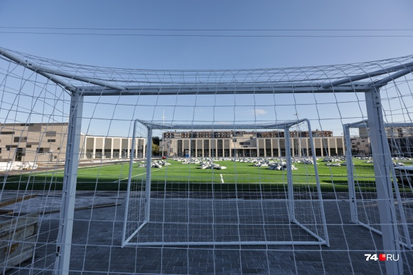 На футбольных полях завершают последние приготовления к открытию