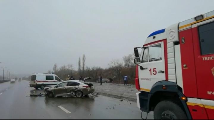 Два человека ранены: жесткое ДТП на Третьей Продольной в Волгограде попало на видео