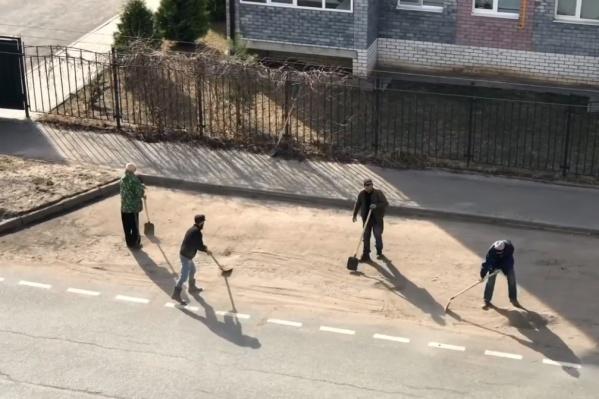Коммунальщики подмели парковочный карман совковыми лопатами
