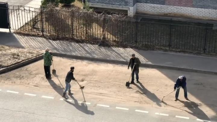 «Нанотехнологии в действии»: в интернет попало видео, как коммунальщики подметают дорогу лопатами