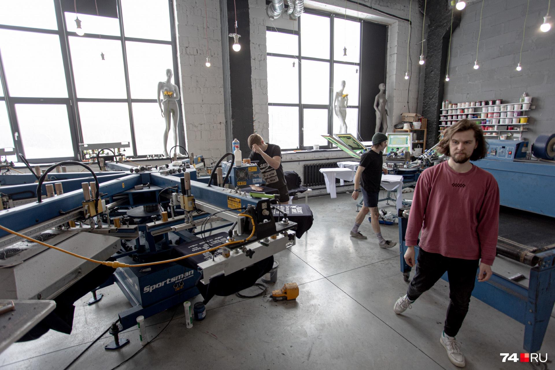 Тут же производят одежду с фирменными логотипами по заказам коммерческих организаций
