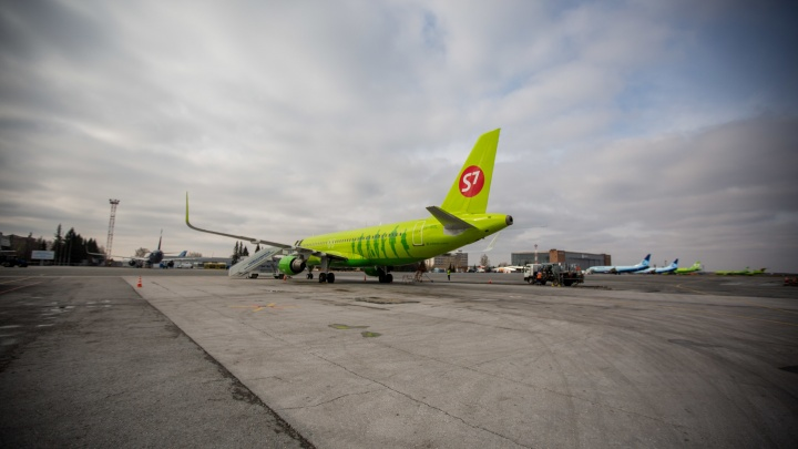 Самолет вместо Кемерова сел в Новосибирске из-за первого снега