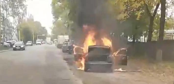 В Ярославле посреди дороги вспыхнула иномарка