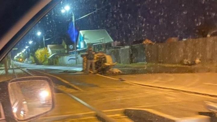 В Челябинске на улице, где устанавливают трамвайные платформы, насмерть разбился автомобилист