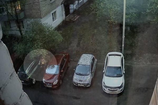 Мужчине очень обидно, что новую машину поцарапали