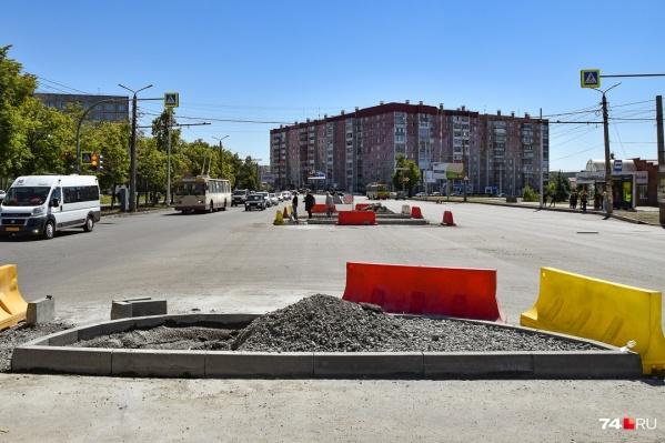 Автомобилистам, видимо, придется смириться с островками на Комсомольском