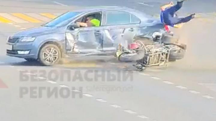 «Байкер не уступил»: появилось видео ДТП с мотоциклистом в центре Ярославля
