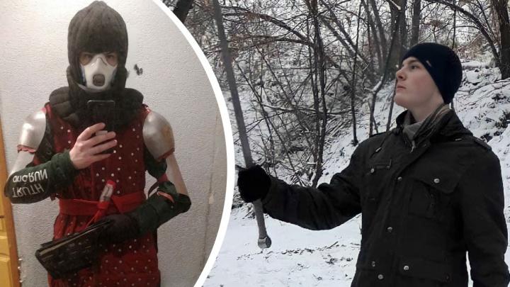 «В броне бегаю быстрее, чем омоновцы»: в Волгограде на незаконной акции задержали «рыцаря» в доспехах
