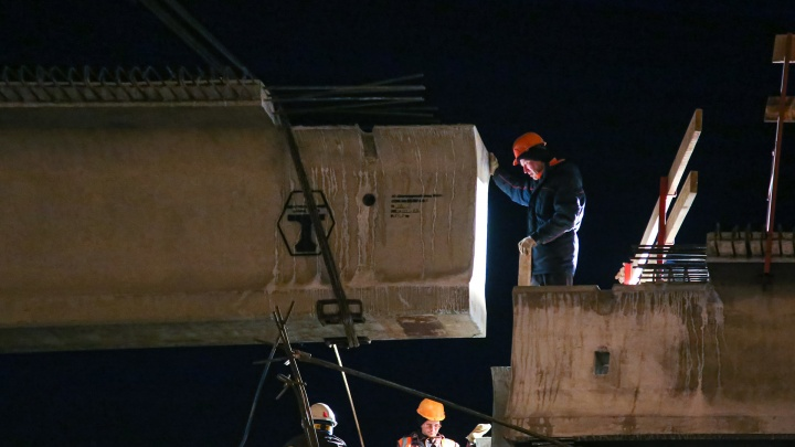 Вира-вира, помалу майна! Как в Уфе монтируют многотонные балки на развязке у Бельского моста