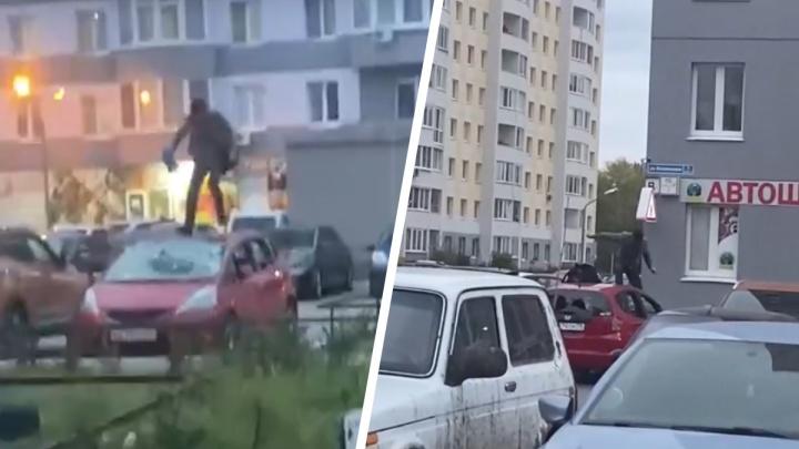 Прыгал по крыше, разбивал все стекла. Тюменцы сняли на видео, как мужчина уничтожает авто жены