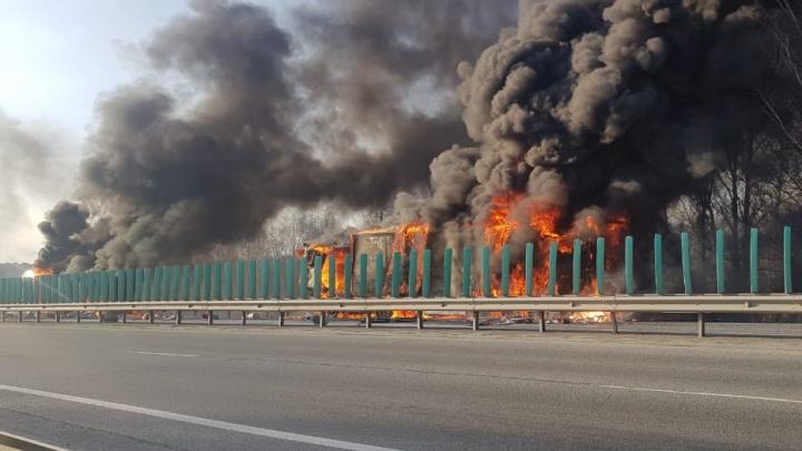 «Слышно взрывы, движение парализовано». На Тюменском тракте загорелись молоковоз и две фуры. Видео