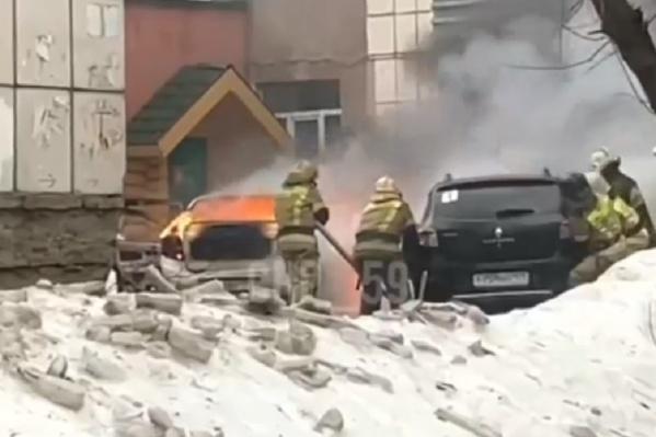Пожарные оттащили одну из машин