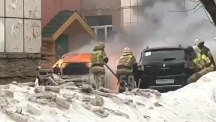 Неисправное ГБО или упавшие провода? В Перми во дворе дома сгорели два автомобиля