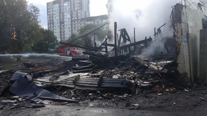 В Уфе загорелся заброшенный двухэтажный дом