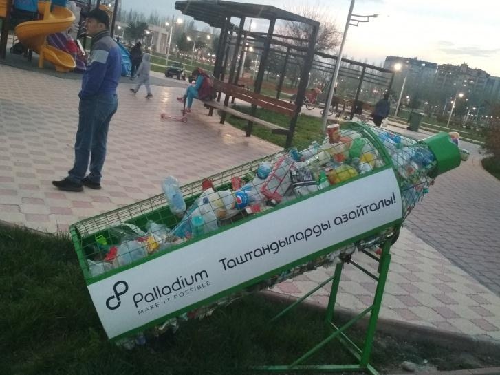 В парках и в некоторых жилых дворах стоят специальные урны в виде огромных сетчатых бутылок, предназначенных для сбора пластика. Идея классная, работает