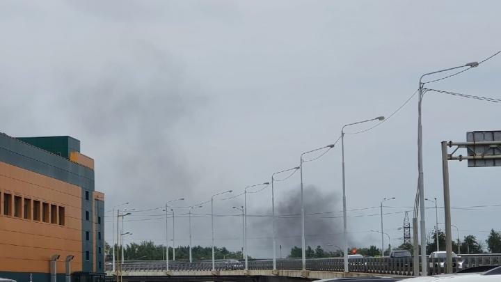 Черный дым над Ярославлем: на проспекте Октября загорелись мешки с катализаторами