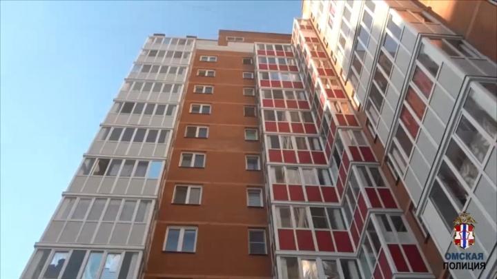 Омичи спасли 1,5-годовалого ребенка, который стоял на подоконнике на 12-м этаже