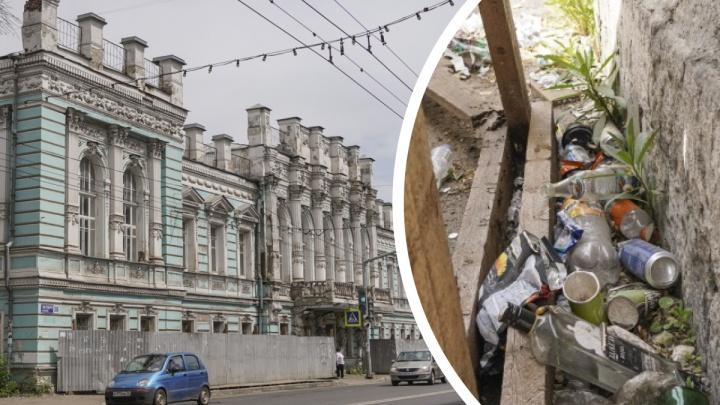 Розаны среди пивных бутылок: в Ярославле разрушающийся дом с атлантами выставят на торги
