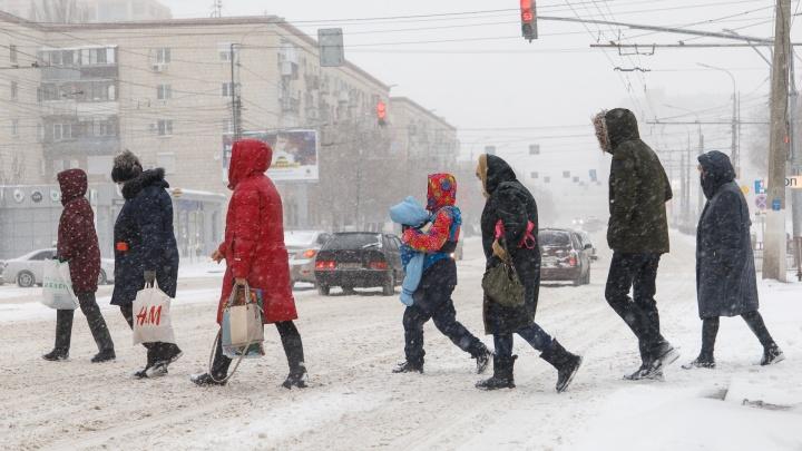 Волгоград во власти причерноморского циклона: город за несколько часов замело снегом и сковало льдом