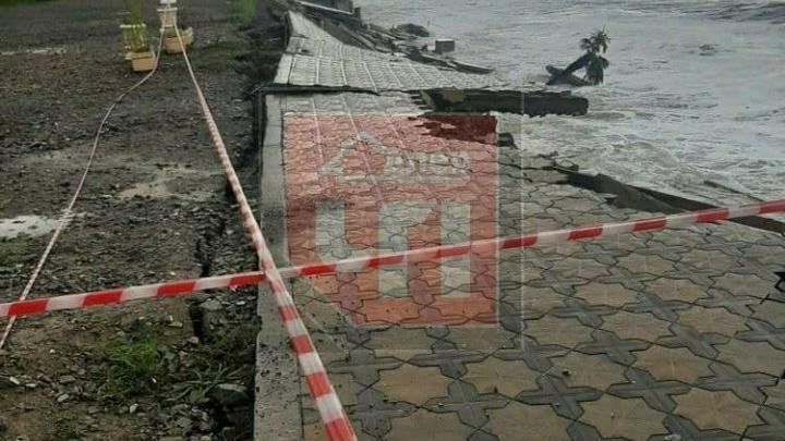 В Сочи шторм разбил опорную стену и прогулочную зону на пляже